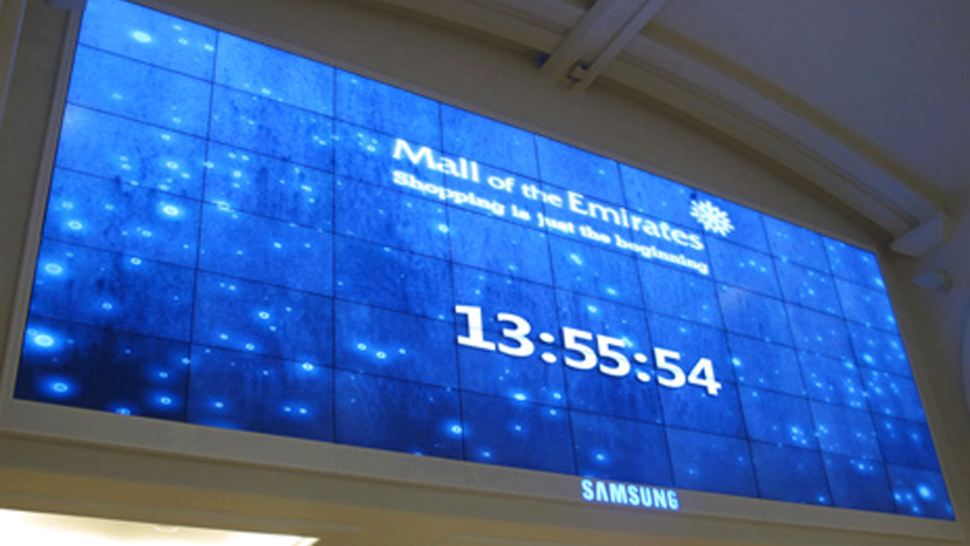 A mix of Mura MPX-4/2 and Mura MPX-4/0 boards drive digital signage on the wall, which advertises mall activities and promotions.